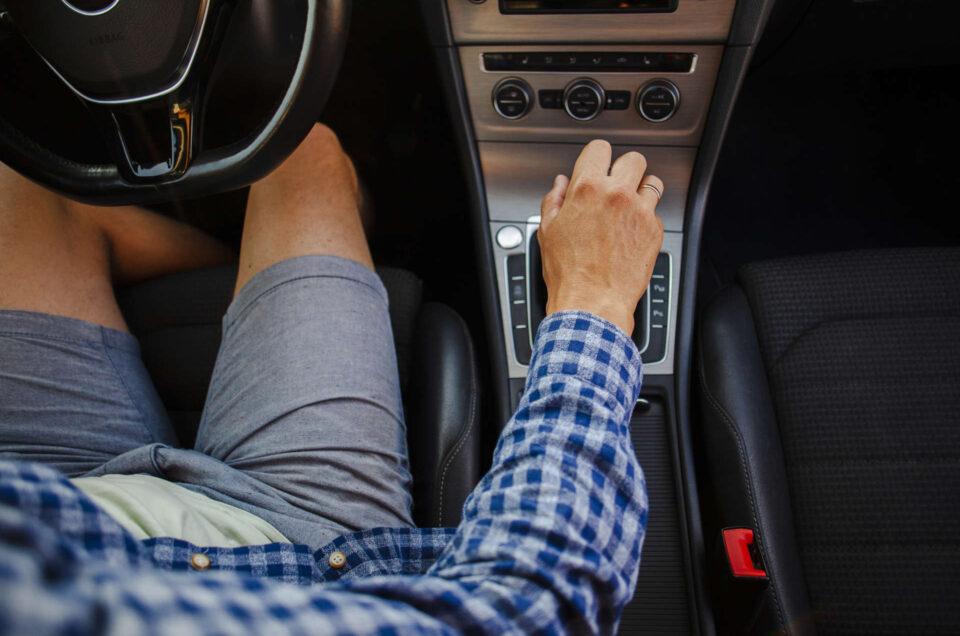 Jak zmieniać biegi w samochodzie? Porady dla początkujących!